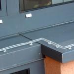 Elektrosche Taubenabwehr am Fenster